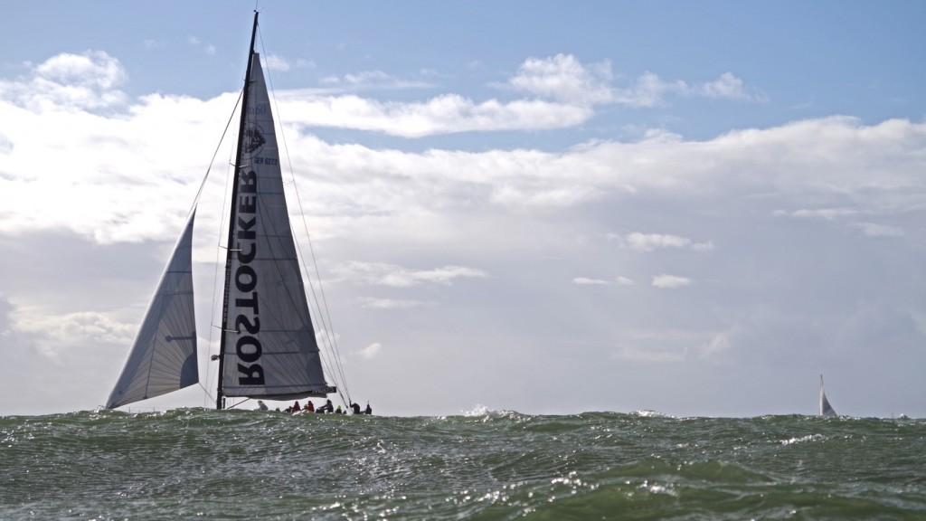 David gegen Goliath ... Speedsailing gegen BoddenRacer ... wie auch immer, Greifswalder rocken die Ostsee. ;-)