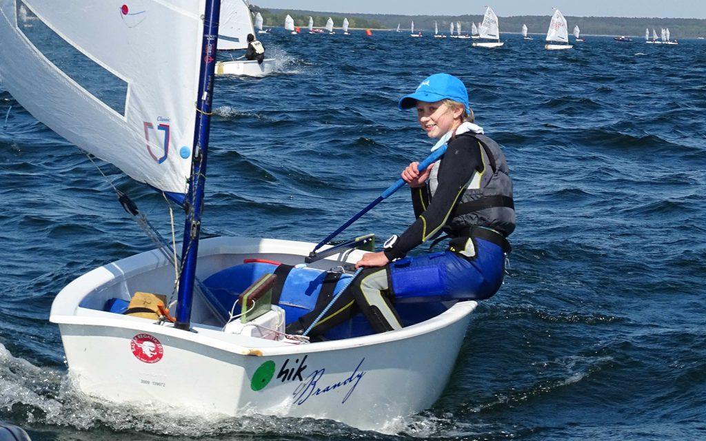 Franzi segelt gut in Plau, verbaut sich aber durch zwei Frühstarts eine bessere Gesamtplatzierung.