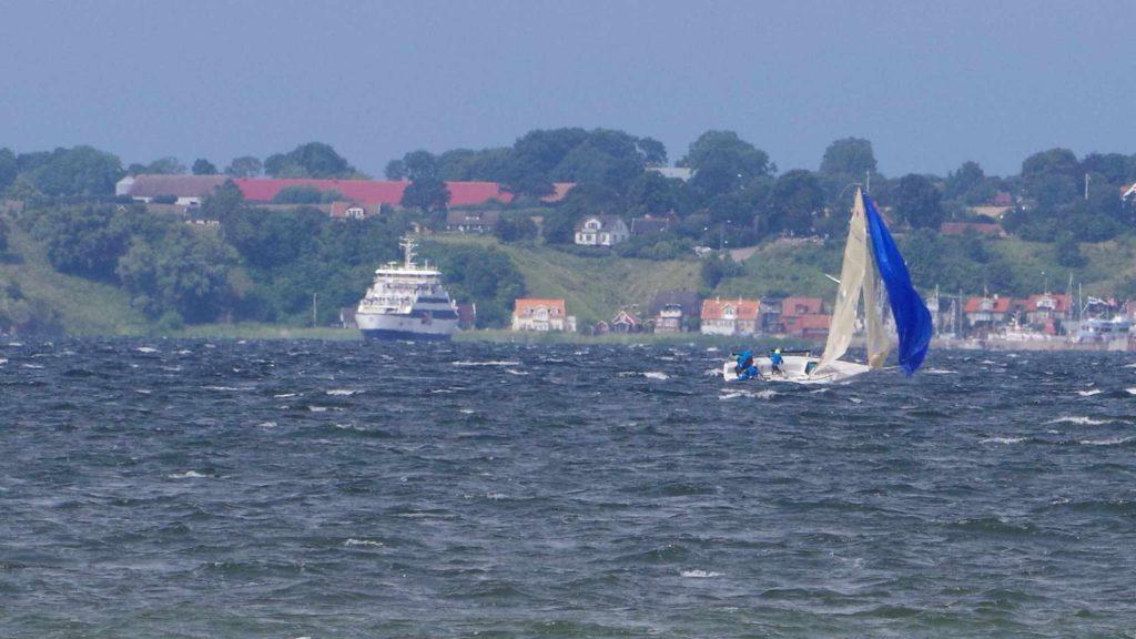 """Für die Rubrik """"Anekdoten für die Ewigkeit"""": Gunnar lässt sich unter Gennaker hinterm Boot herziehen, hangelt sich wieder rein und segelt ohne einen Mucks weiter."""